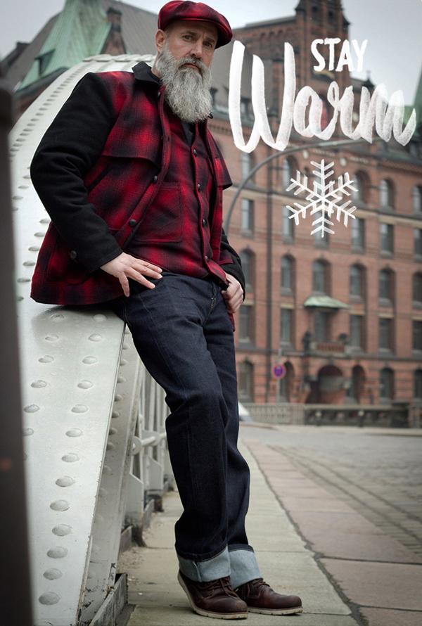 Mann in Karojacke und Jeans