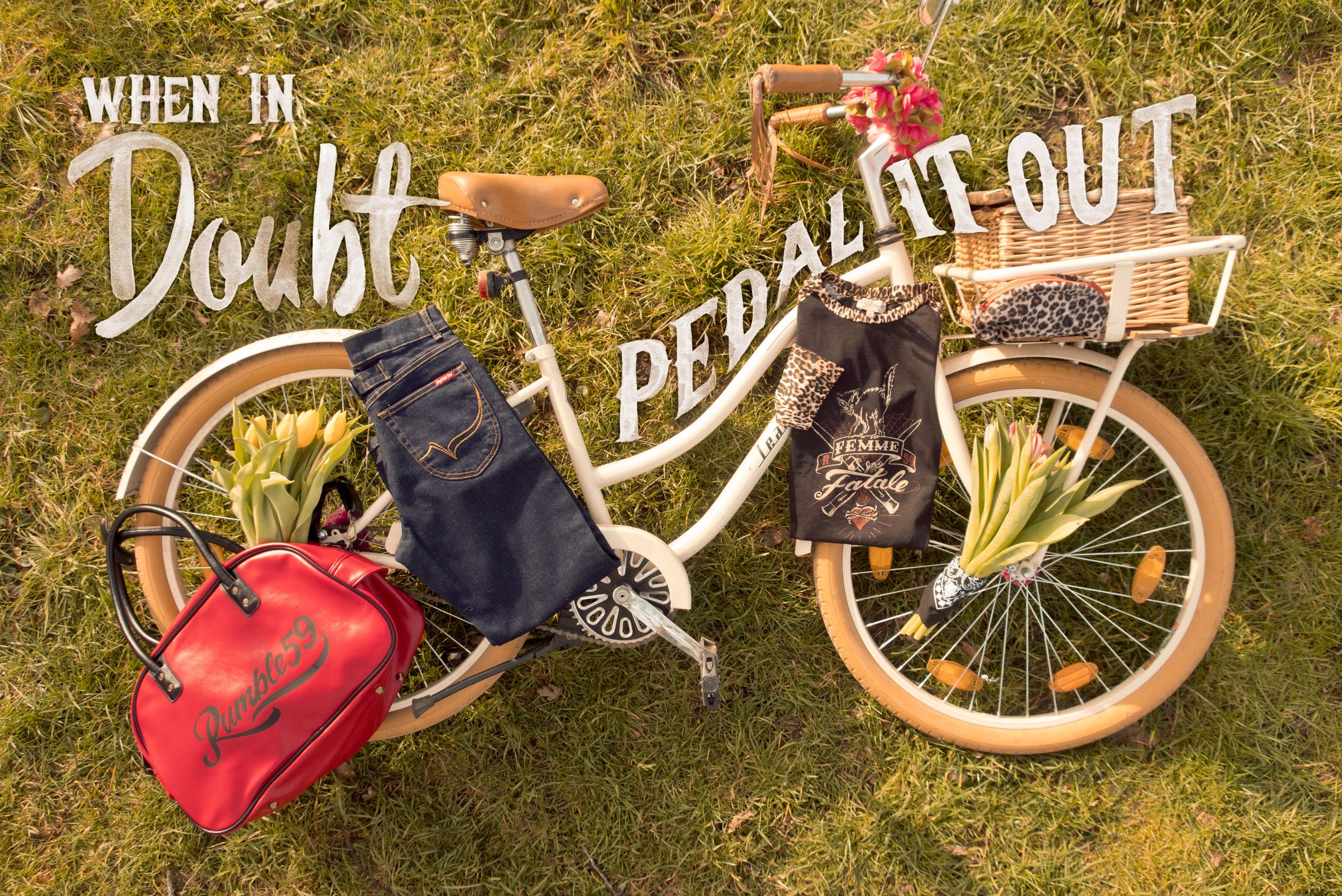Fahrrad liegend auf Wiese