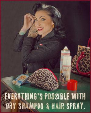 Pin-up mit Beauty-Produkten